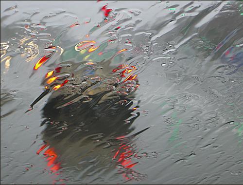Coche distorsionado por la lluvia