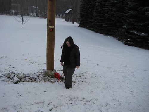 Joven tras depositar flores en el lugar de un siniestro