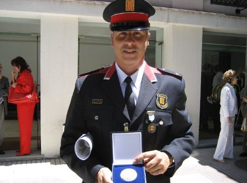Miquel Bort, sosteniendo la Medalla de Honor de la Carretera
