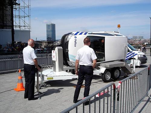 Los coches de policía también pueden sufrir cambios desagradables en su posición sobre el asfalto
