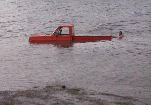 Camioneta al agua