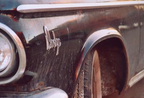 La rueda delantera de este antiguo Dodge está girada para tomar una curva