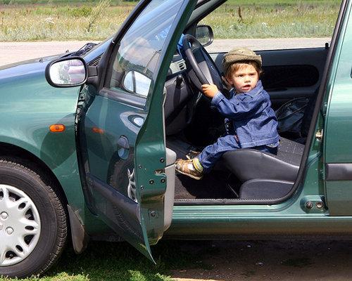 Niño al volante sin ningún tipo de sistema de protección homologado a su talla y peso