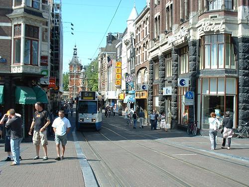 Peatones y tranvía en el centro de Amsterdam