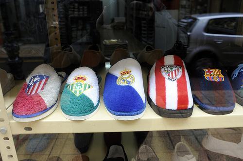 Zapatillas identificadas con escudos de clubes de fútbol