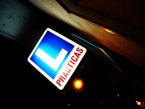 L azul, que indica un vehículo en función del aprendizaje de la conducción