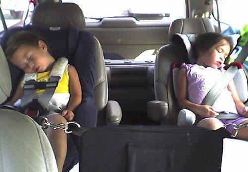 Niños durmiendo con el cuello forzado