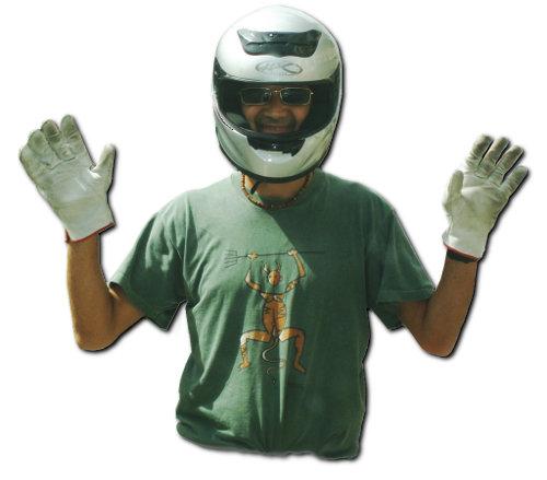 Los moteros suelen agradecer con un gesto las acciones corteses del resto de conductores