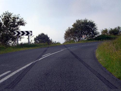 Marcas de un frenazo sobre el asfalto