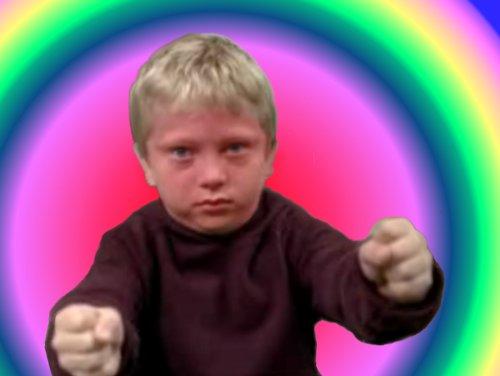 Niño extasiado con la conducción de su coche imaginario