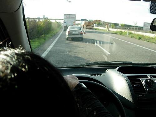 Perspectiva del tráfico desde el puesto de conducción de una furgoneta