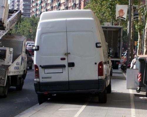 Vista posterior de una furgoneta estacionada sobre la acera