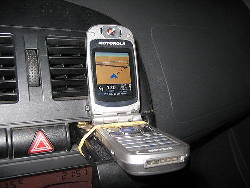 Teléfono móvil sujeto al salpicadero del coche