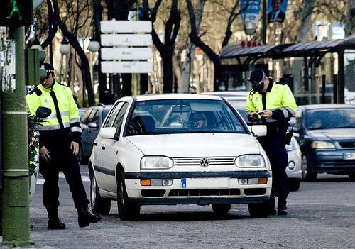 Policí­a Local de Madrid sancionando al conductor de un turismo