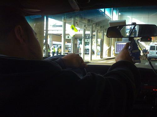 Taxista manejando un GPS