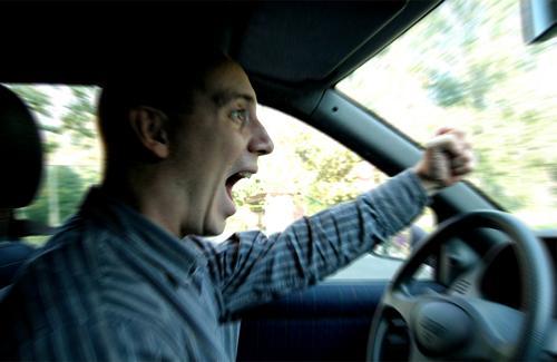 Conductor gritando