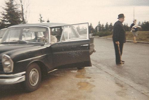 Hombre mayor fuera del coche