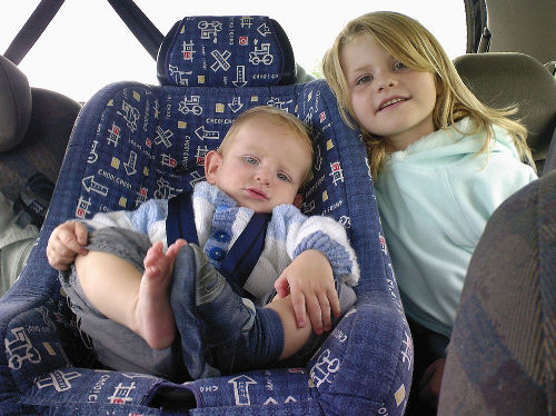 Niño con asiento infantil