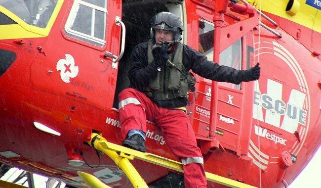 Helicóptero al rescate de heridos