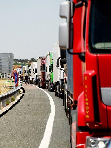 Camiones guardando fila