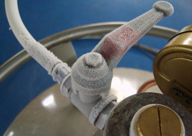 Detalle de la llave de una bombona de nitrógeno líquido