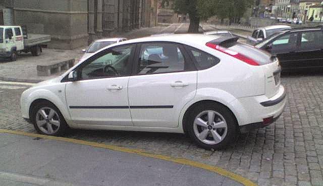 Coche torpemente aparcado