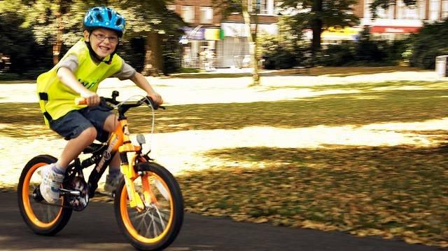 Niño en bicicleta