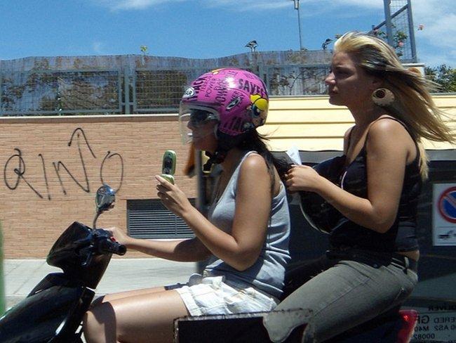 en moto y con helado Por Landahlauts