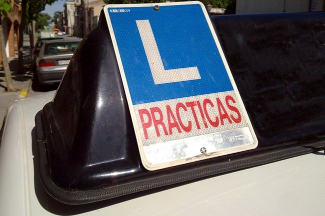 Señal V-14 Prácticas, en coche de autoescuela