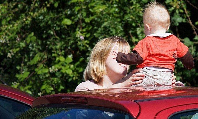 Niño sin sistema de retención infantil