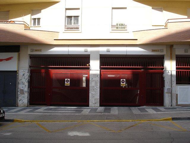 Para entrar o salir de este garaje es necesario invadir la acera