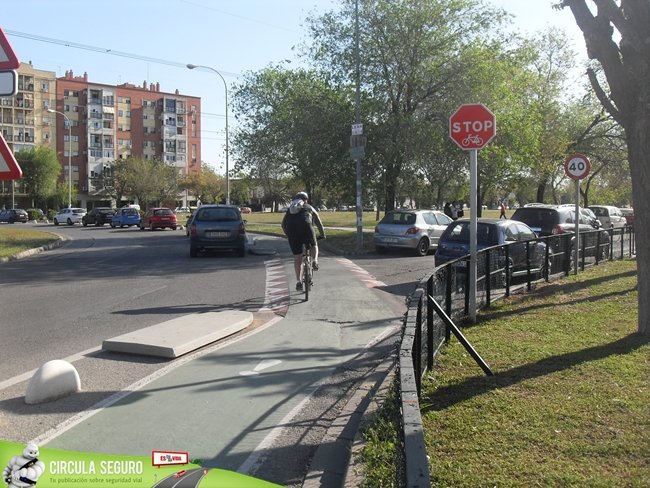 Carril bici y stop