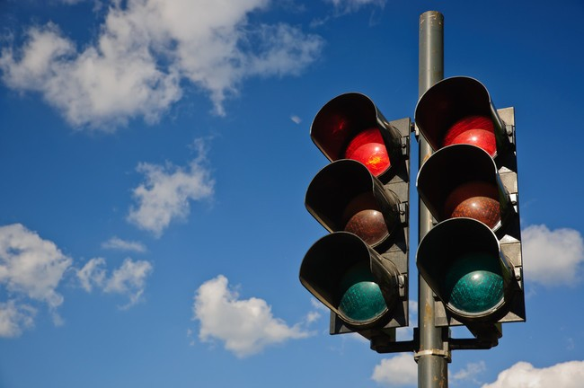 Resultado de imagen de paso de peatones con semaforo mujer cruzando