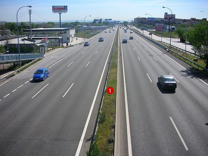 1. Mediana: Franja divisoria situada en mitad de una carretera que tiene la finalidad de separar físicamente los dos sentidos del tráfico