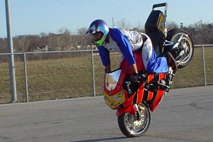 Frenazo in-extremis de una moto