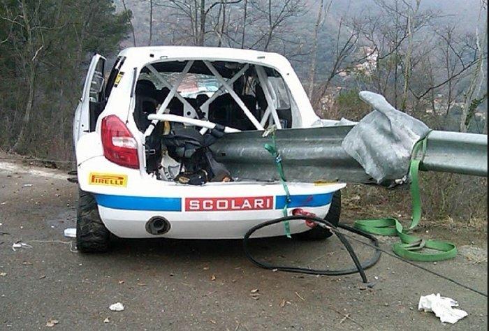 """Coche de Robert Kubica en el Rally de Andorra, atravesado por un guardaraíl que """"cortó"""" todo el motor."""