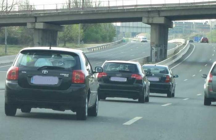 Tres coches circulando pegadísimos por autopista