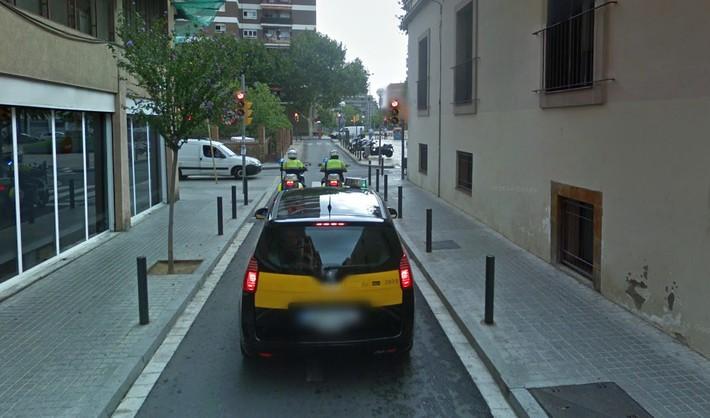 semaforo en rojo calle estrecha