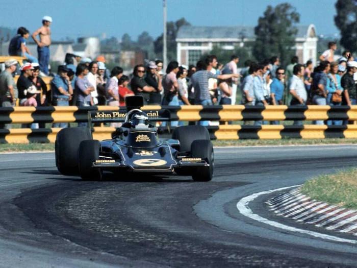 Jacky Ickx realizando un contravolante en su Lotus
