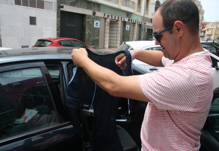 Ricardo Alemán eseñando cómo poner el adaptador de chaleco