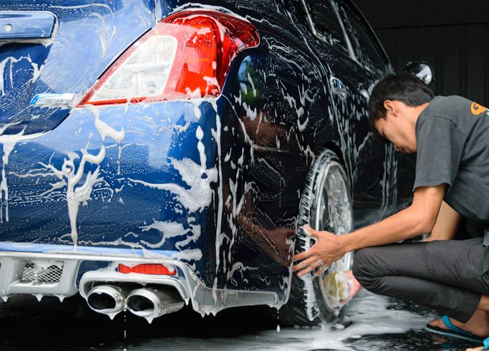 Lavando el coche en la calle