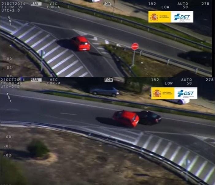 En la secuencia de arriba se observa al coche rojo y a la derecha un vehículo de color oscuro que se aproxima al cruce. En la secuencia de abajo se observa la colisión lateral como consecuencia de no respetar la prioridad de paso el conductor del coche rojo