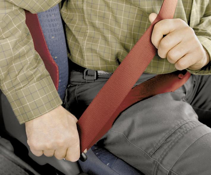 Abrochándose el cinturón de seguridad