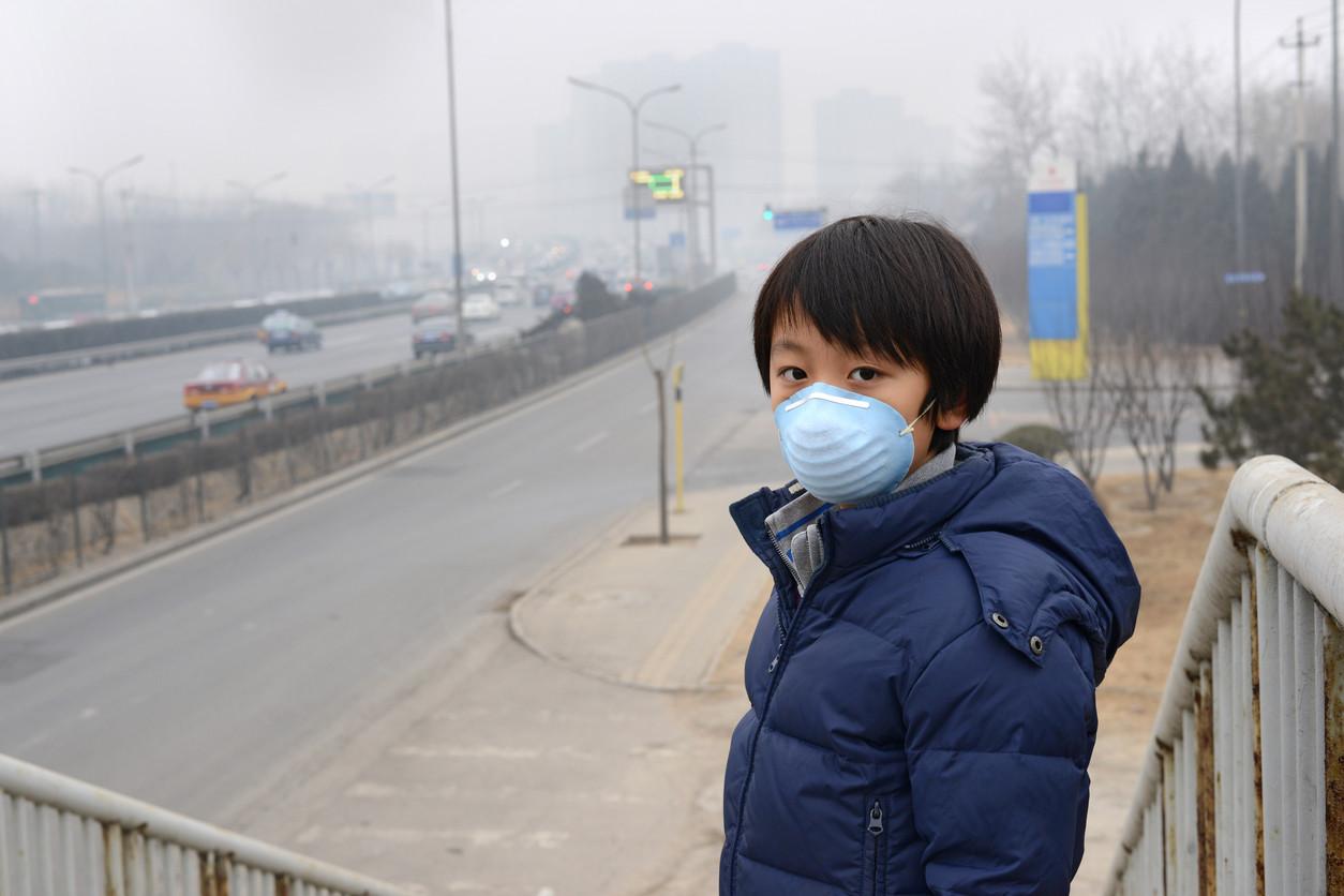 niño chino con mascarilla