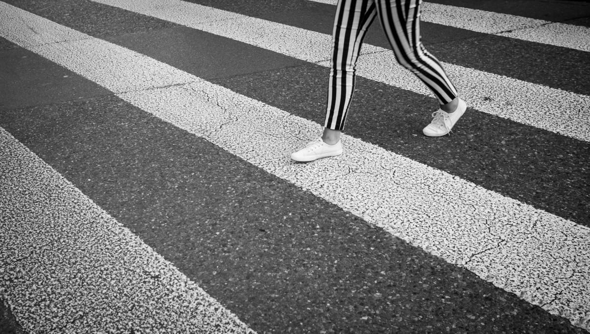persona a rayas en paso de peatones