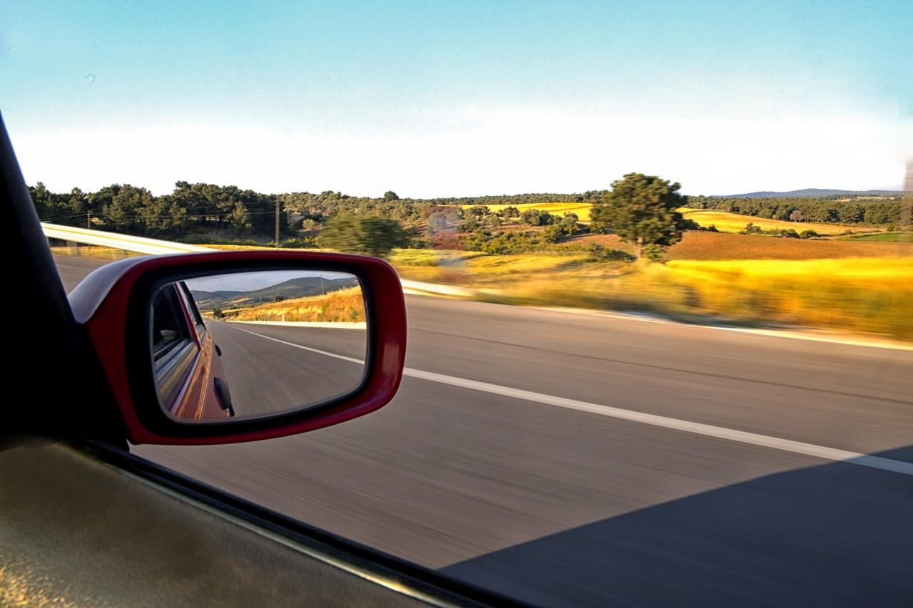 las 6 normas para conducir por autovía de forma segura: mirar por los retrovisores