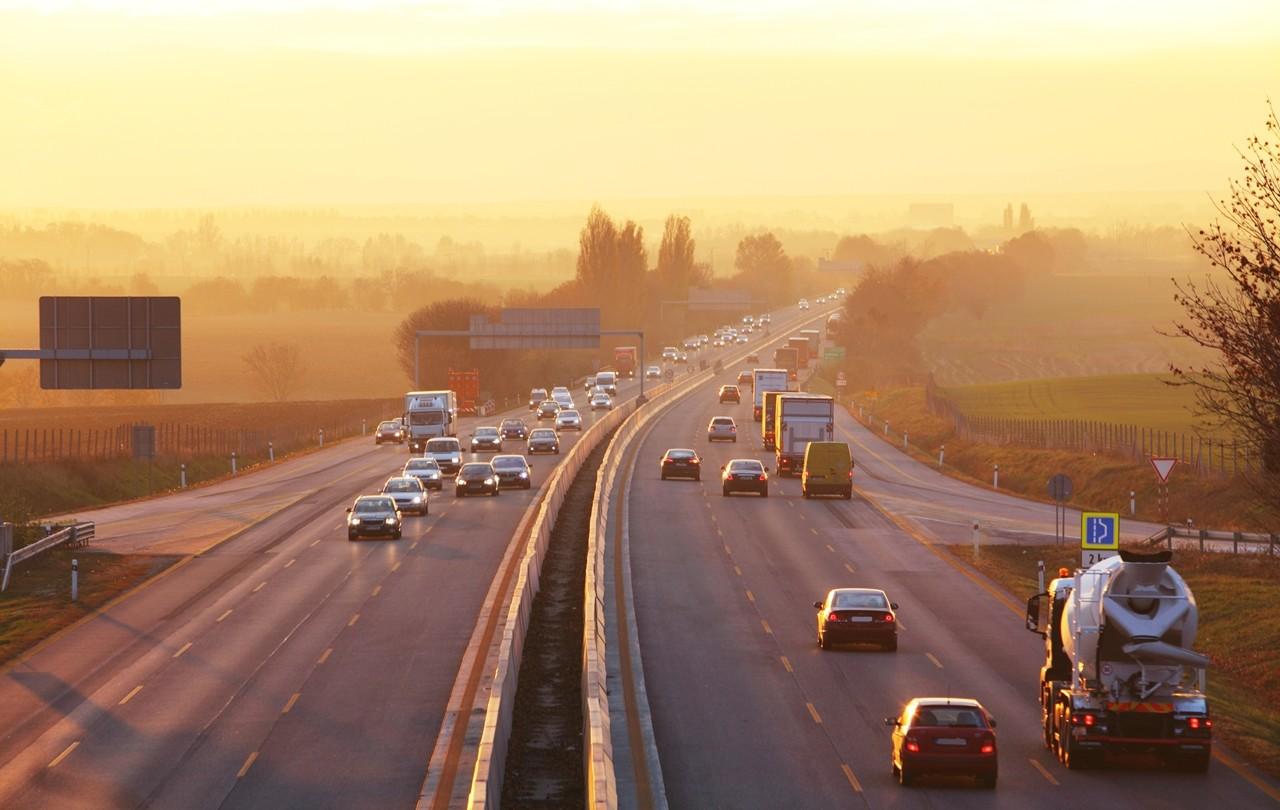 Las 6 normas para conducir por autovía de forma segura