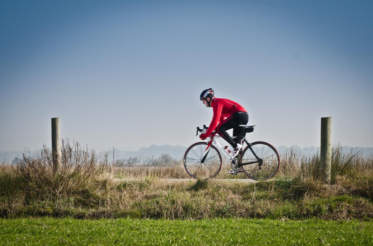 Ciclista circulando por el carril bici