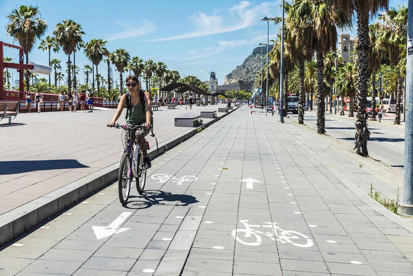 mujer circulando por el carril bici por Barcelona