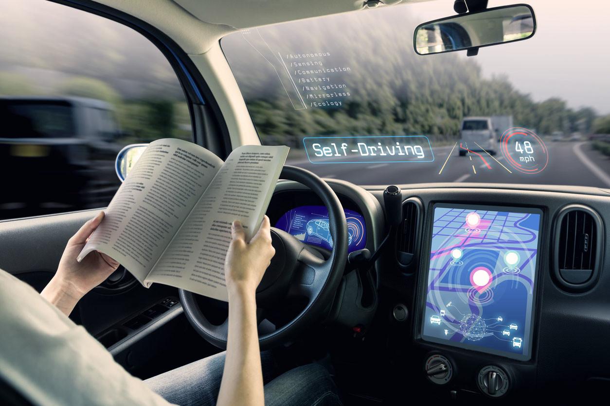 Vehículo autónomo con conductor leyendo
